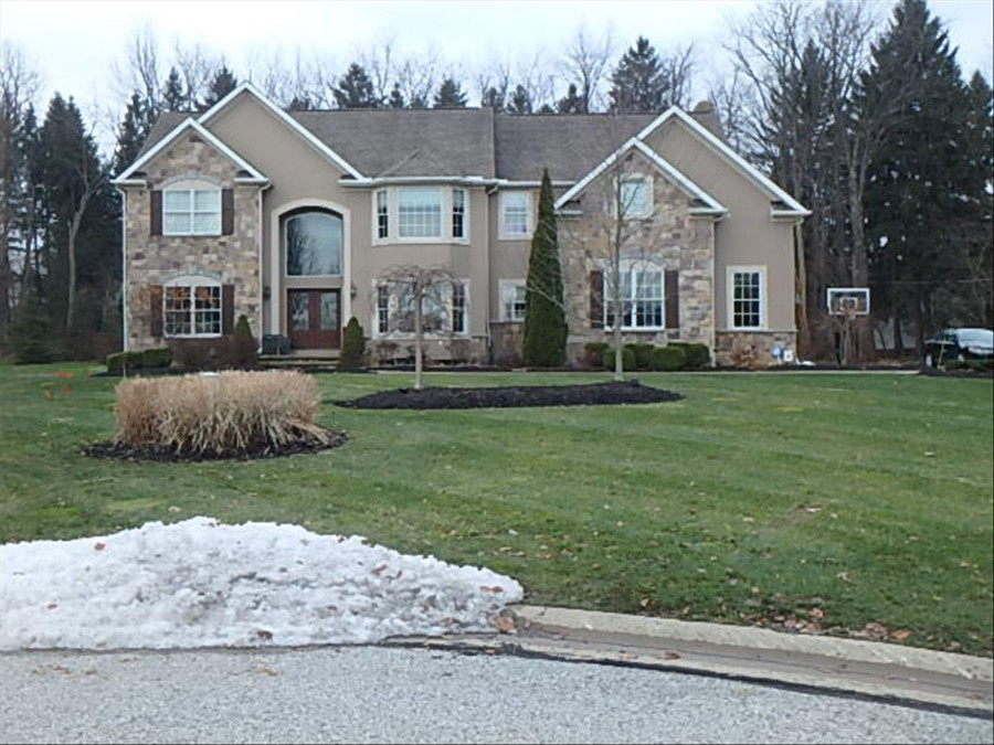 2433 Michelle Ct, Willoughby Hills, OH 44094